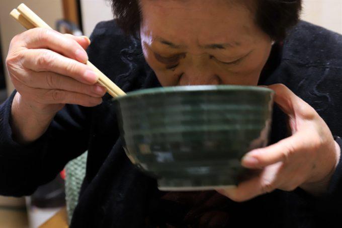 チキンラーメンのスープを、丼を抱えてすすっている祖母(おばあ)