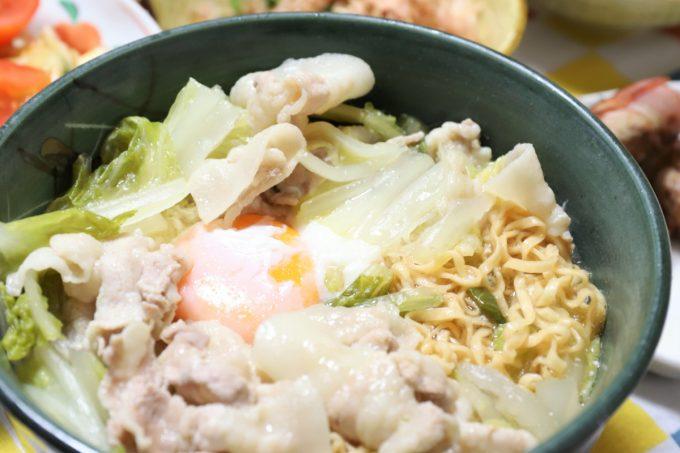 生卵、白菜、豚肉を具材にしたチキンラーメンができたところ
