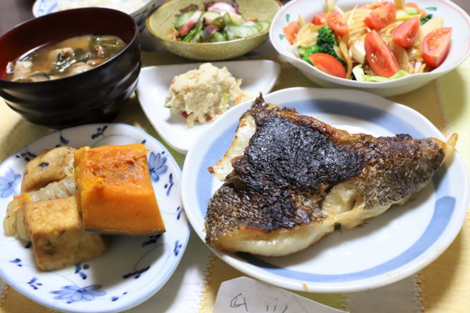 ムツのアラの塩焼きや豚汁、煮物など、祖母(おばあ)が作った晩ごはん