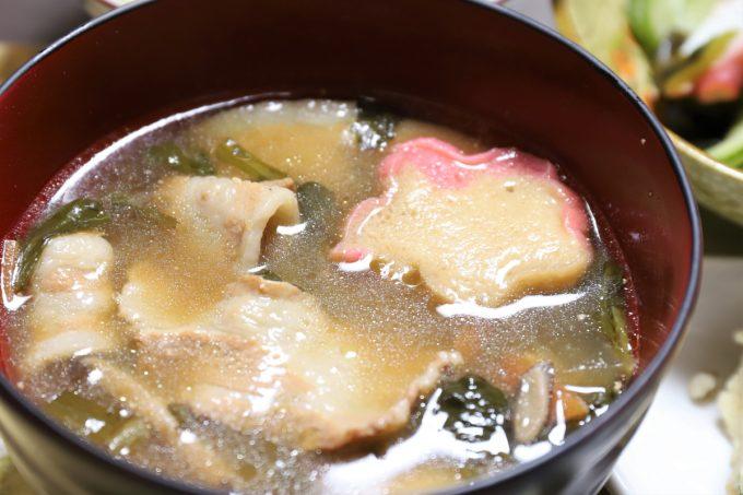 麩やニンジンの入った豚汁