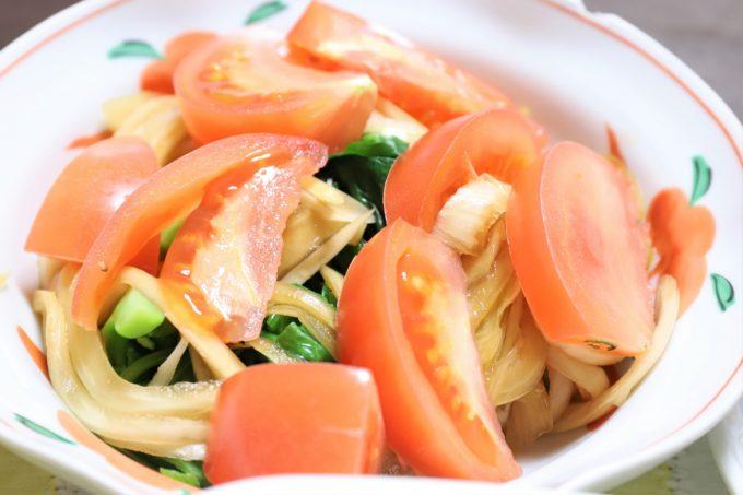 トマトと玉ねぎの醤油漬けが乗った、祖母(おばあ)が作ったサラダ