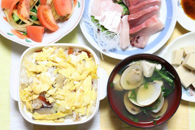 ちらし寿司、アサリのすまし汁、カンパチの刺身など、おばあ(祖母)が数日遅れで用意した雛祭り用の晩ごはん
