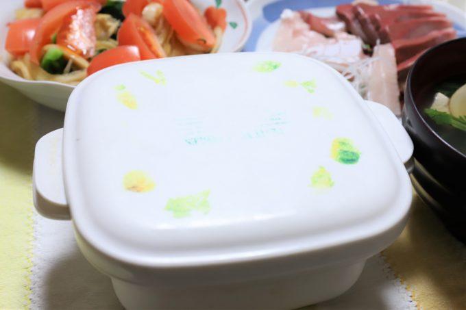 雛祭りのちらし寿司が入った蓋つきの容器