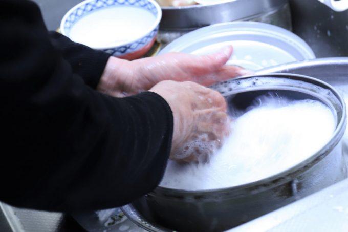 炊飯器の釜を洗う祖母(おばあ)