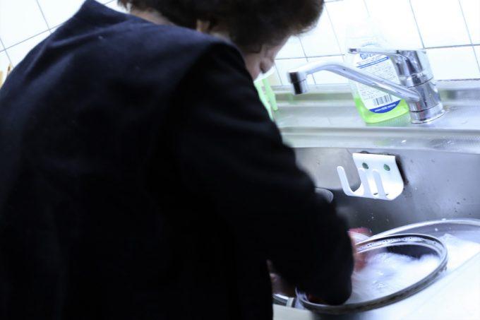 孫の誕生日に黙々と洗い物をする祖母(おばあ)