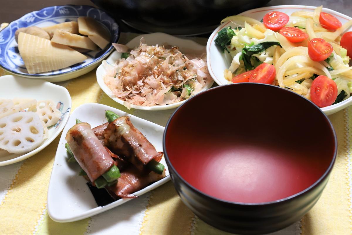 アスパラベーコンやレンコンの酢漬け、豚肉のすき焼きを入れるお椀など、祖母(おばあ)が用意した晩ごはん