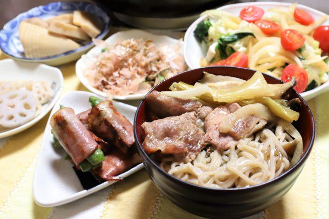 蕎麦入りの豚肉のすき焼き、アスパラベーコン、野菜サラダなど、祖母(おばあ)が作った晩ごはんのメニュー