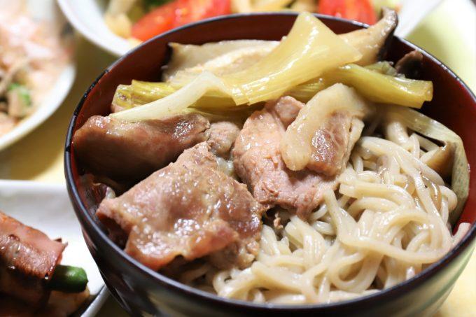 蕎麦入りの豚肉のすき焼きをお椀に盛ったところ