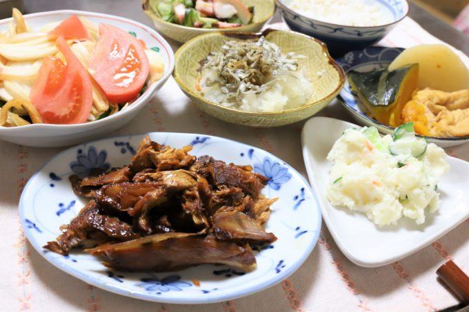 煮崩れた煮魚やポテトサラダ、南瓜の炊いたんなど、祖母(おばあ)が作った晩ごはん
