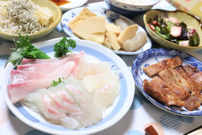 カンパチの腹身や鯛の刺身、豚肉の味噌漬け焼きなど、祖母(おばあ)が作った晩ごはん