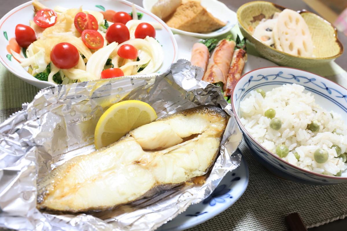 ムツらしき焼き魚や豆ごはんなど、祖母(おばあ)が作った晩ごはん