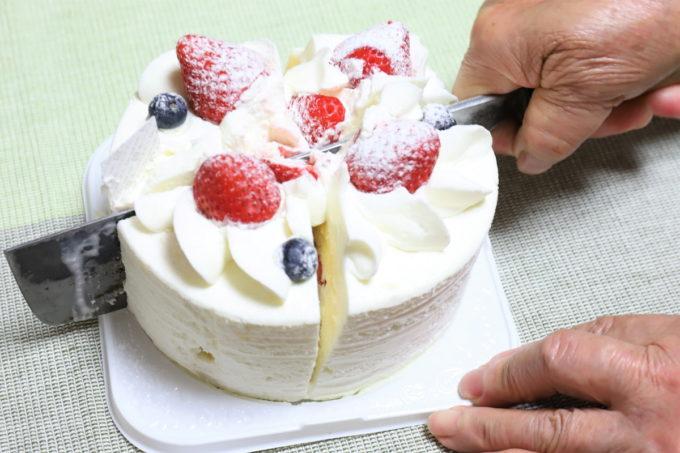 祖母(おばあ)の誕生日ケーキを切っているところ