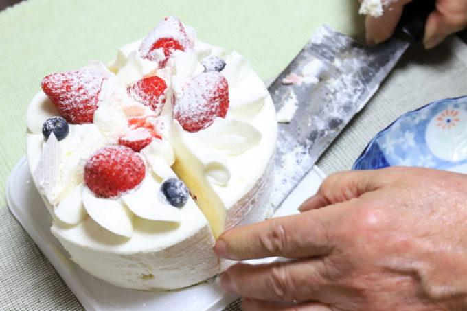 祖母が85歳の誕生日ケーキを取り分けているところ