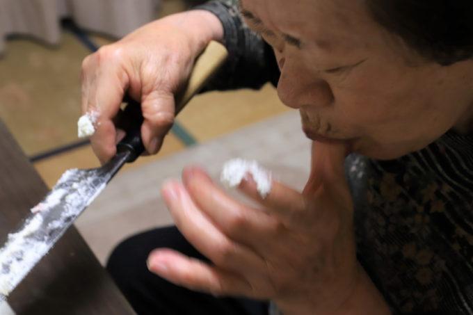 手に付いた生クリームを舐める祖母(おばあ)
