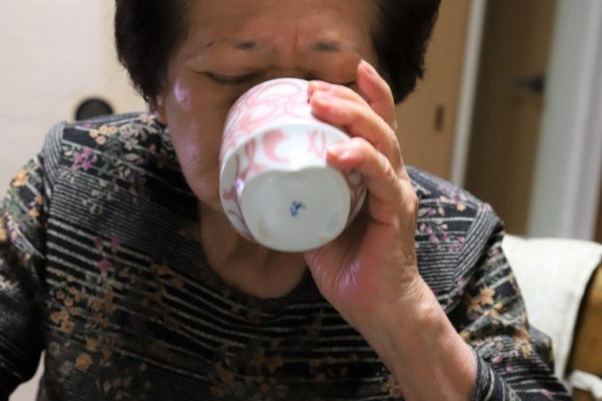 湯呑でお茶を飲む祖母