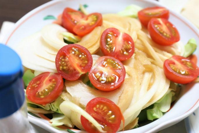 祖母(おばあ)が作ったミニトマトや玉ねぎの醤油漬けをのせたサラダ