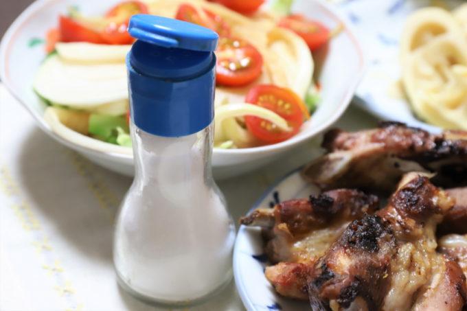 青いフタの塩の容器