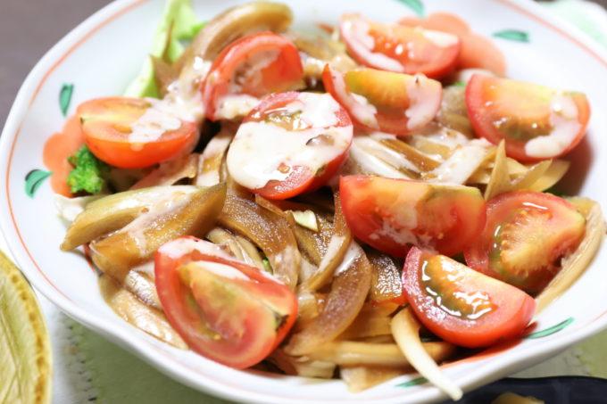 おばあ)が作った玉ねぎの醤油漬けやミニトマトが乗った野菜サラダ