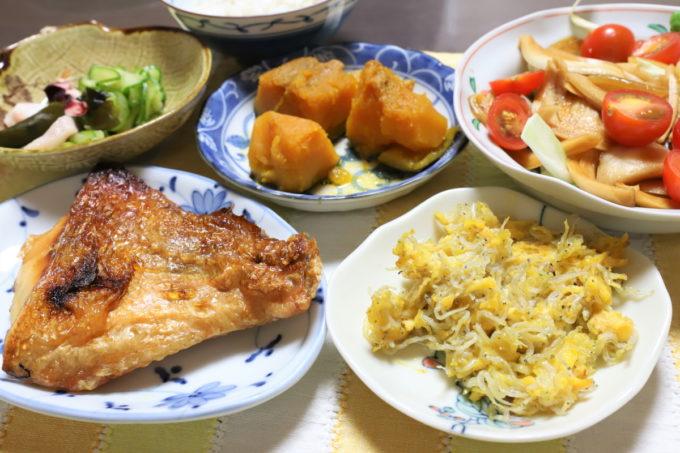 じゃこと玉子を炒めたものや、赤魚の塩焼き、なんきんの炊いたん、すのものなど祖母(おばあ)が作った晩ごはん