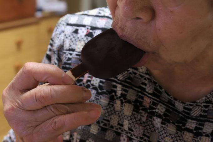 森永チョコレートアイスクリームバーPARM(パルム)を食べている祖母(おばあ)
