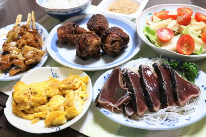 カツオのたたきや焼き鳥のネギま、鶏肉の唐揚げなど、居酒屋のメニューのような祖母(おばあ)が作った晩ごはん