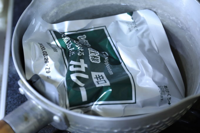 ニッポンハム「レストラン仕様カレー(辛口)」のレトルトパックを鍋で温めているところ