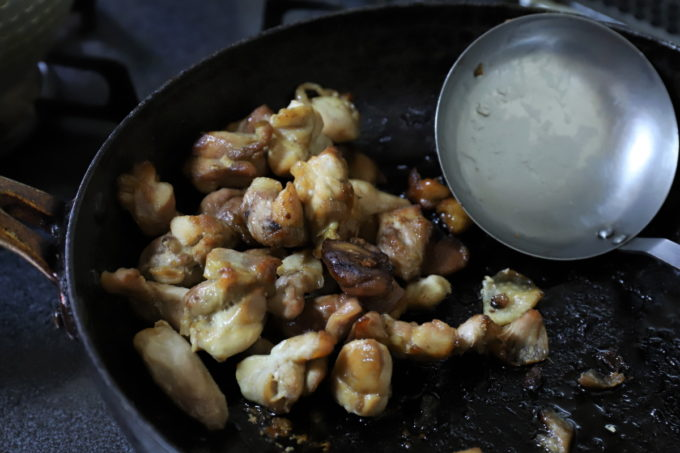 フライパンで炒めた鶏肉