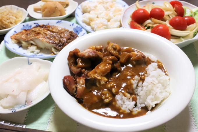 ニッポンハム「レストラン仕様カレー」(辛口)など、祖母(おばあ)が作った晩ごはん