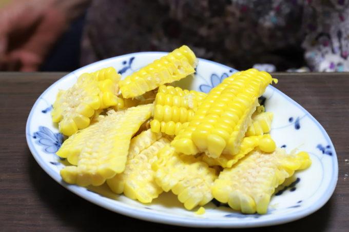 トウモロコシの実だけを包丁で取ったもの