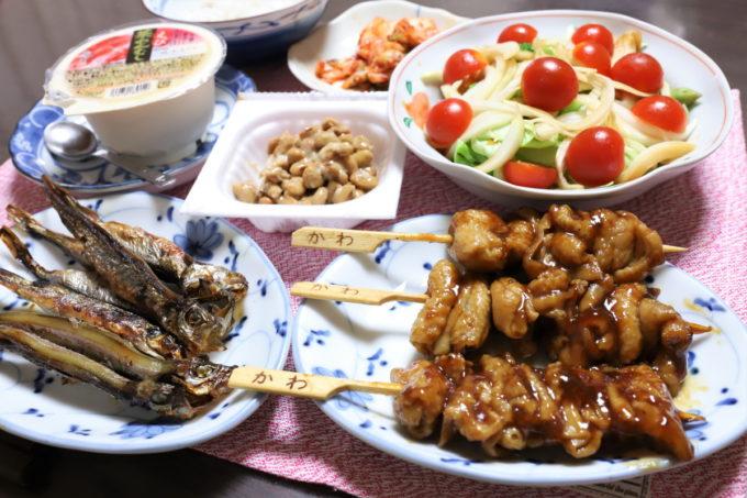 焼き鳥の「とりかわ」や焼いたシシャモなど、祖母(おばあ)が作った晩ごはん