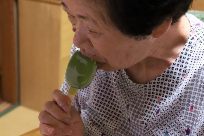 森永乳業のアイスバー「PARM(パルム)抹茶」を食べる祖母(おばあ)