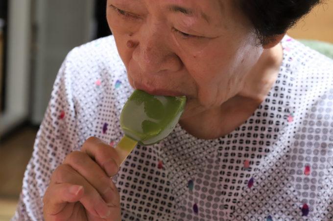 森永乳業のアイスバー「PARM(パルム)抹茶」をかじる祖母(おばあ)