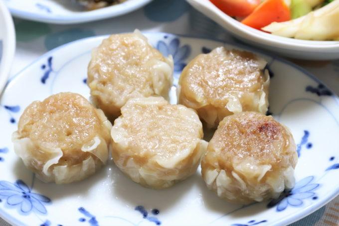 日本ハム「陳建一 国産豚の四川焼売」を温めて皿に乗せたところ
