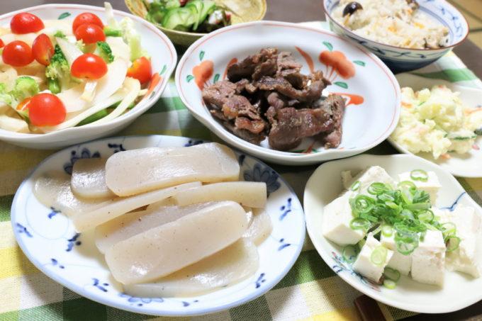 こんにゃくの刺身や焼いた牛肉、冷奴、炊き込みご飯など、祖母(おばあ)が作った晩ごはん