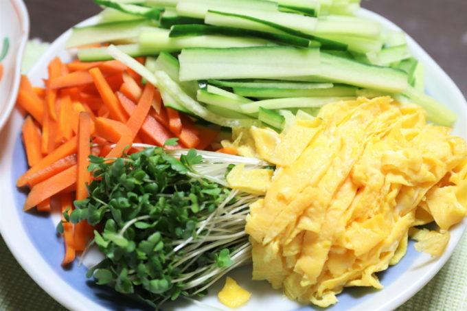 祖母(おばあ)が用意したつけ麺の具材(カイワレ、錦糸玉子、にんじん、キュウリの千切り)
