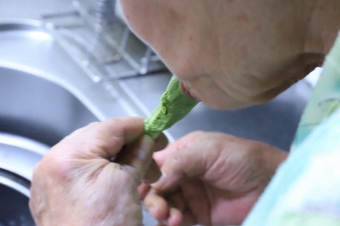 台所で抹茶アイスを食べる祖母(おばあ)