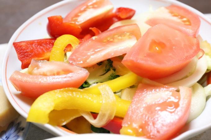 玉ねぎの醤油漬けやトマト、パプリカを乗せた野菜サラダ