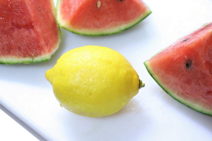 スイカに果汁をかけるために用意したレモン