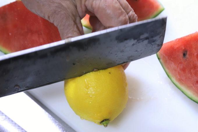 レモンを包丁で切っているところ