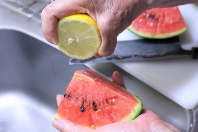 スイカにレモン果汁を絞っているところ