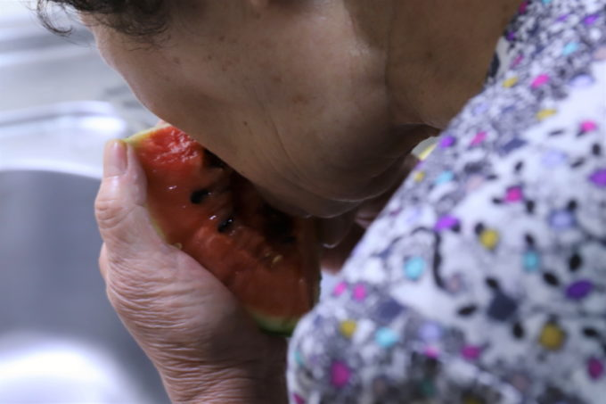 レモン果汁をかけたスイカを食べる祖母(おばあ)