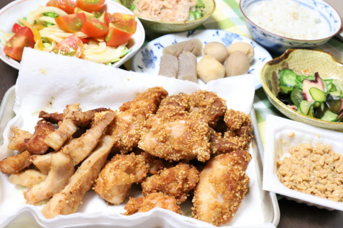 「揚げずにからあげ」を使った鶏と豚トロの唐揚げなど、祖母(おばあ)が作った晩ごはん