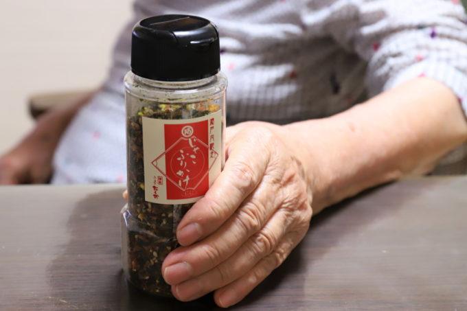 阿藻珍味「じゃこふりかけ」のボトルを持っている祖母