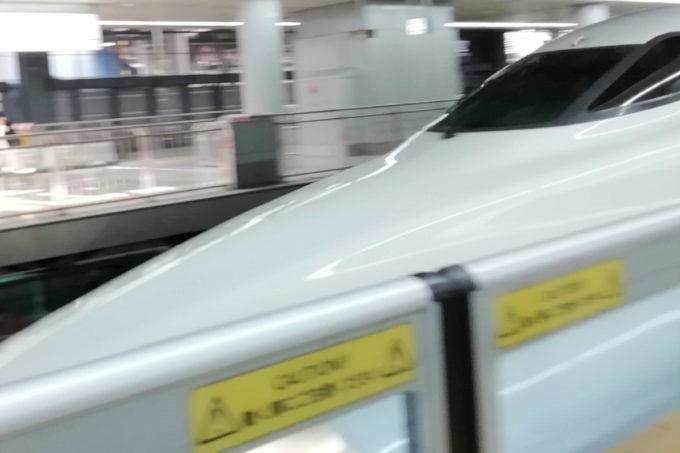 新幹線(のぞみ)が品川駅に入ってくるところ