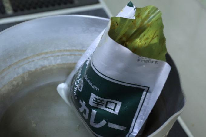湯せんで温めているレトルトのレストラン仕様カレー