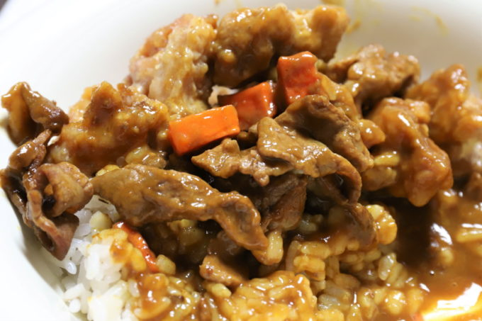 日本ハムのレトルト「レストラン仕様カレー(辛口)」を食べている途中