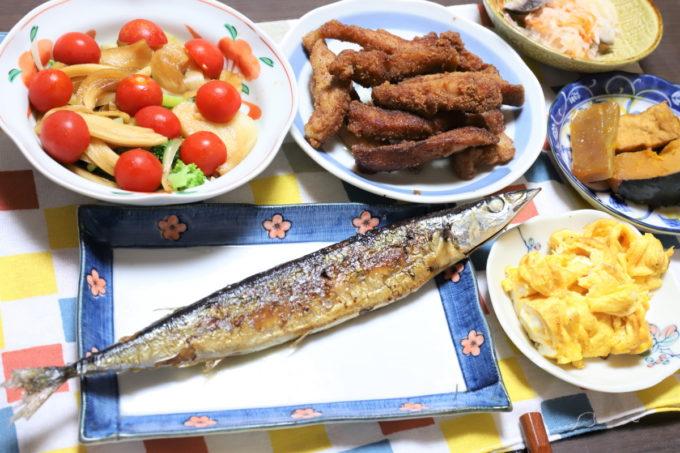秋刀魚の塩焼きや豚トロの唐揚げ、玉子焼きなど、祖母(おばあ)が作った晩ごはん