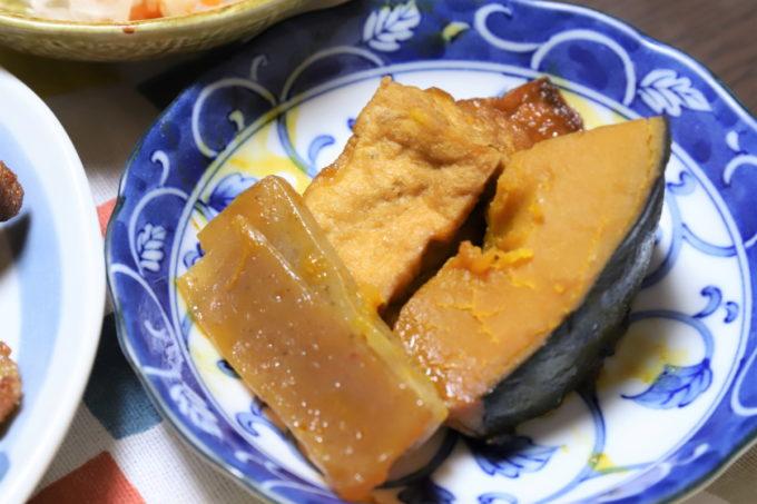 祖母(おばあ)が晩ごはんに作ったカボチャとコンニャクと厚アゲの煮物