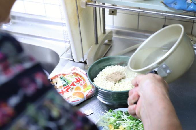 明星「チャルメラ」の麺に沸騰した湯をかけているところ