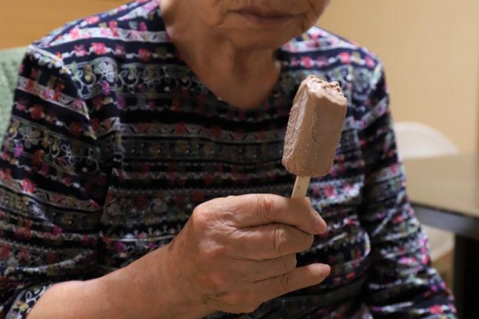 祖母(おばあ)が手に持つホームランバー(チョコ)
